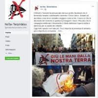 """Il movimento No Terzo Valico brucia la bandiera del M5s: """"Traditori"""""""