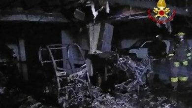 Genova, in fiamme due auto vigili urbani