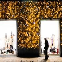 I regali si provano in negozio, ma si comprano online