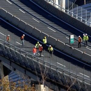 La lunga marcia dei carrelli radiocomandati sui monconi del ponte Morandi