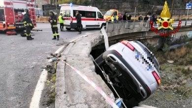 """Auto fuoristrada resta """"appesa"""" sul ponte"""