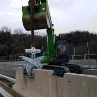 Ponte Morandi, lavori in corso sul moncone ovest