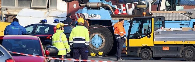 Incidente all'Ansaldo Energia, operaio muore schiacciato sotto un carico caduto da una gru