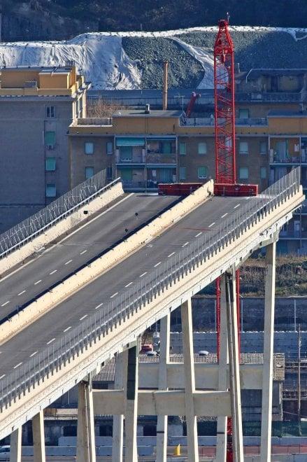 Genova, Ponte Morandi: pronta la gru per dare il via alla demolizione