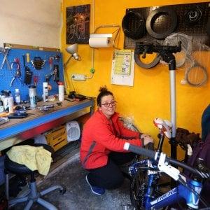 """Adriana, la """"Ciclista ignorante"""" che non smette di studiare e di riparare tutte le biciclette"""