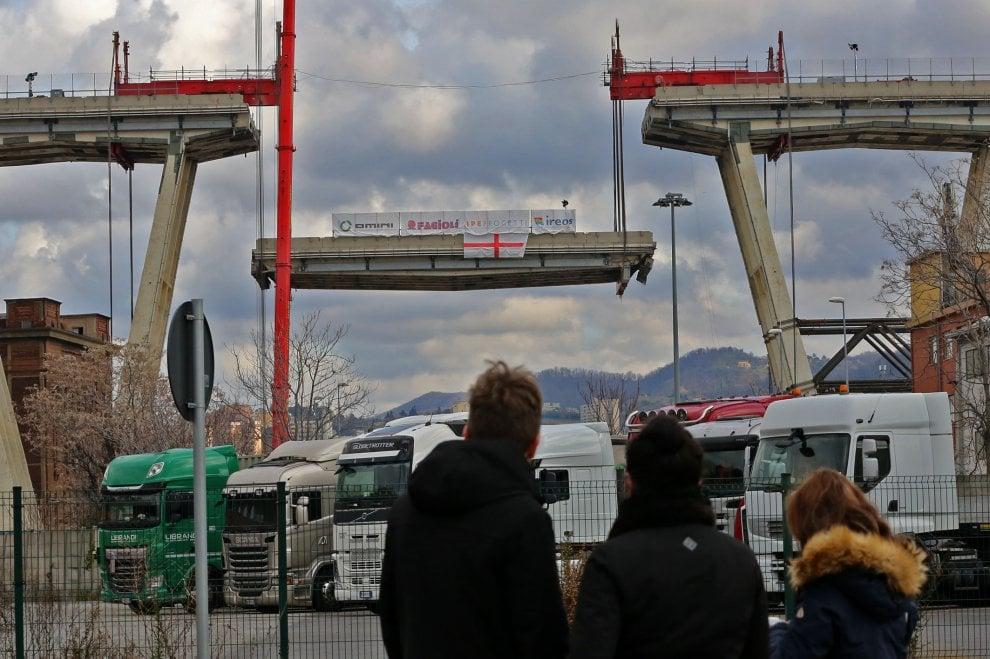 """Il ponte Morandi """"smontato"""" , le immagini del primo distacco"""