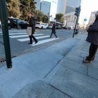 Via Cadorna, in mezzo alla rampa per i disabili i pali dei semafori, dopo la rivolta la demolizione
