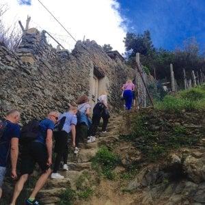 Sui sentieri delle Cinque Terre con il raddoppio dei croceristi multe ai turisti in infradito