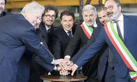 Conte taglia la torta a forma di ponte, la rabbia dei parenti delle vittime del Morandi