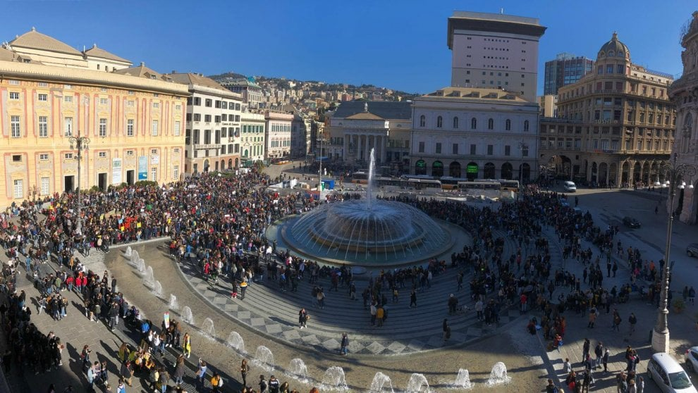 Ragazzi, insegnanti, genitori, a Genova tutti insieme in piazza per difendere la terra