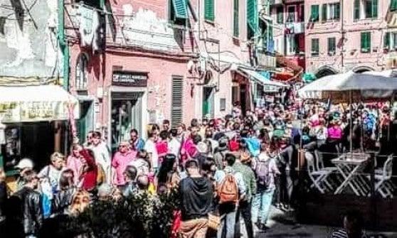 """""""Cinque Terre o metropolitana di Tokyo"""": l'invasione dei turisti paralizza i borghi a picco sul mare"""