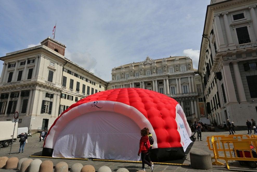 Il gonfiabile oscura il Ducale, polemiche in piazza Matteotti