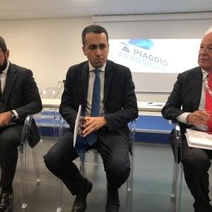 """Di Maio in visita alla Piaggio aero: """"Ecco perchè Salvini faceva più piazze di me. Io mi muovo solo con voli di linea"""""""