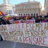 Prof sospesa: presidio di solidarietà a Genova
