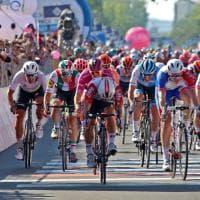 La tappa del Giro a Novi Ligure, campioni, sole e sorrisi