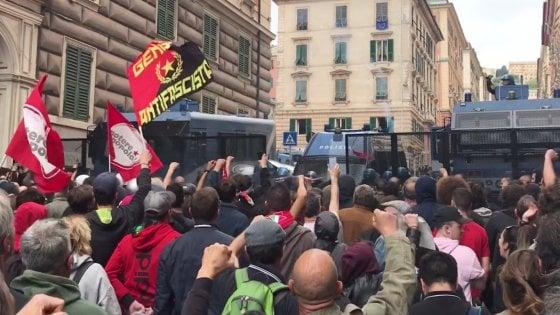 Genova, CasaPound in piazza, scontri tra antagonisti e polizia. Picchiato dagli agenti Stefano Origone, giornalista di Repubblica