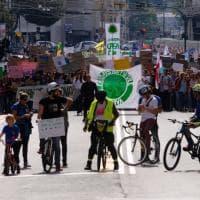 """Mille giovani in corteo a Genova per il clima: """"Chiediamo alla politica azioni concrete"""""""