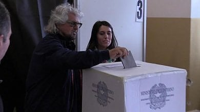 Grillo al seggio: in silenzio con i cronisti e un sorriso  Video   di GIULIA DESTEFANIS