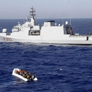 Nave militari con 100 migranti domani a calata Bettolo