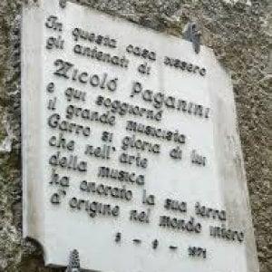 Genova, spray sulla targa di Paganini. La denuncia di un abitante: nessuno interviene