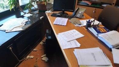 Regione, crolla un controsoffitto danneggiati gli uffici di Pd e M5S        Le foto