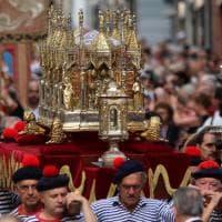 San Giovanni, migliaia in processione