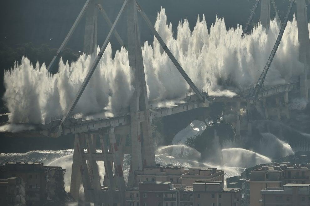 Genova, la sequenza della demolizione del ponte Morandi