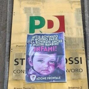 Manifestini con la scritta 'infami' sulla sede del Pd di Genova