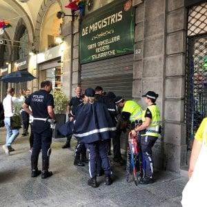 Dieci agenti per fermare un venditore di ombrelli