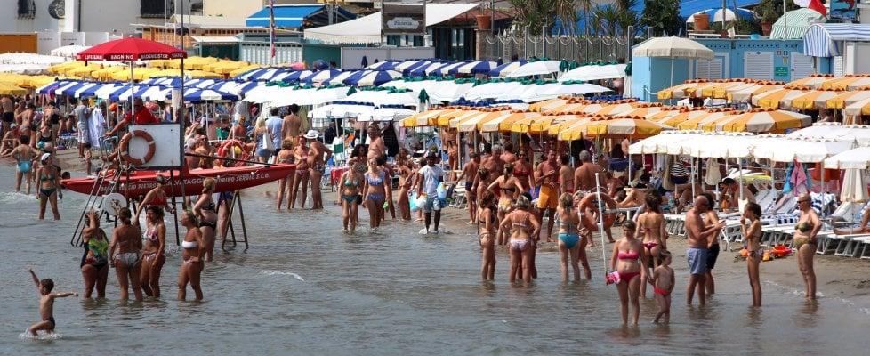 Alassio, la spiaggia è ristretta, il mare sfratta gli ombrelloni