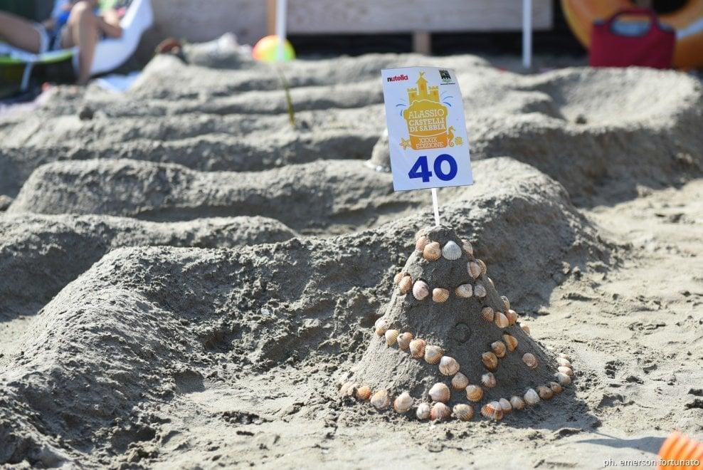 Dalla luna a Notre Dame, i castelli di sabbia ad Alassio sfidano l'erosione della mareggiata