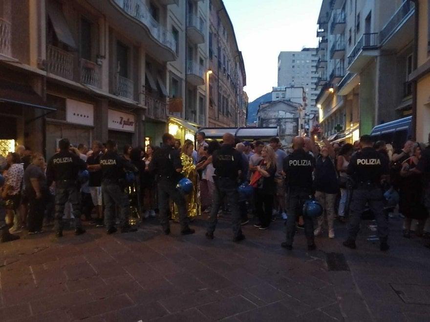 Salvini a Spezia, i contestatori con i salvagente tenuti fuori dalla piazza
