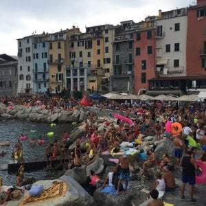 Piscina naturale di Portovenere, folla in mare