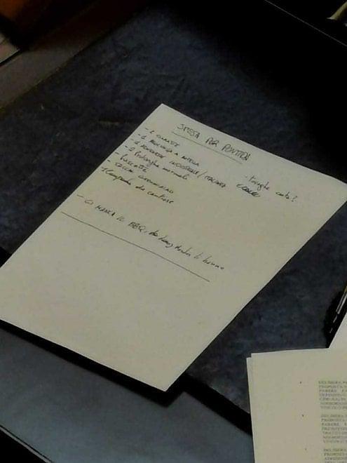 Genova, il neo assessore leghista al suo primo Consiglio compila l'elenco della spesa per Pontida