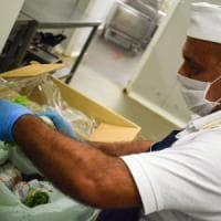 Le cucine multiscuola: i cuochi preparano 7.500 pasti per gli studenti genovesi