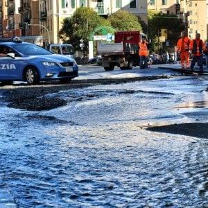 Si rompe tubo dell'acqua, strade allagate a Staglieno