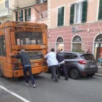 Guasto all'autobus: per spostarlo arriva la spinta a mano