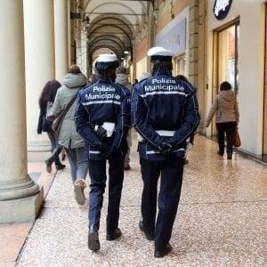 Genova, fotografa i vigili urbani ma non è giornalista, scatta la diffida