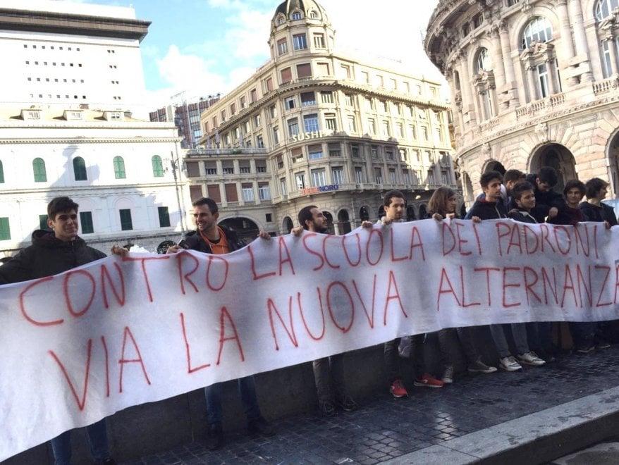 """Protesta degli studenti : """"Per la scuola più fondi e meno controlli di polizia"""""""