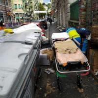 Genova Cornigliano, il marciapiede è una discarica, un'anziana inciampa e cade