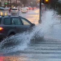 Pioggia torrenziale, tombini otturati per le foglie e strade allagate