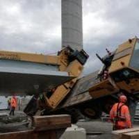 Incidente nel cantiere del nuovo viadotto: una gru si inclina, tre persone