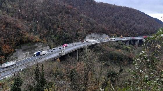 A26, riapre un tratto per ogni senso di marcia. Genova evita l'isolamento ma una frana sull'Aurelia manta in tilt l'A10
