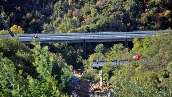 Crollo viadotto, frana sotto controllo: ok dai sensori, riapre l'A6 Torino-Savona