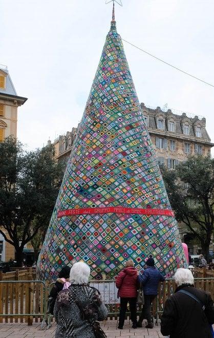 Albero Di Natale Uncinetto.Genova L Albero Di Natale All Uncinetto Entra Nel Guinness Dei Primati La Repubblica