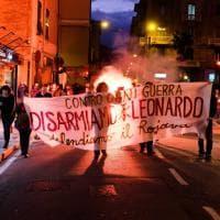 Genova, corteo antimilitarista : lanciati barattoli di vernice contro la sede di Leonardo