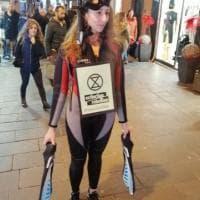 Genova, gli ambientalisti di Extinction Rebellion con maschera da sub in via San Vincenzo