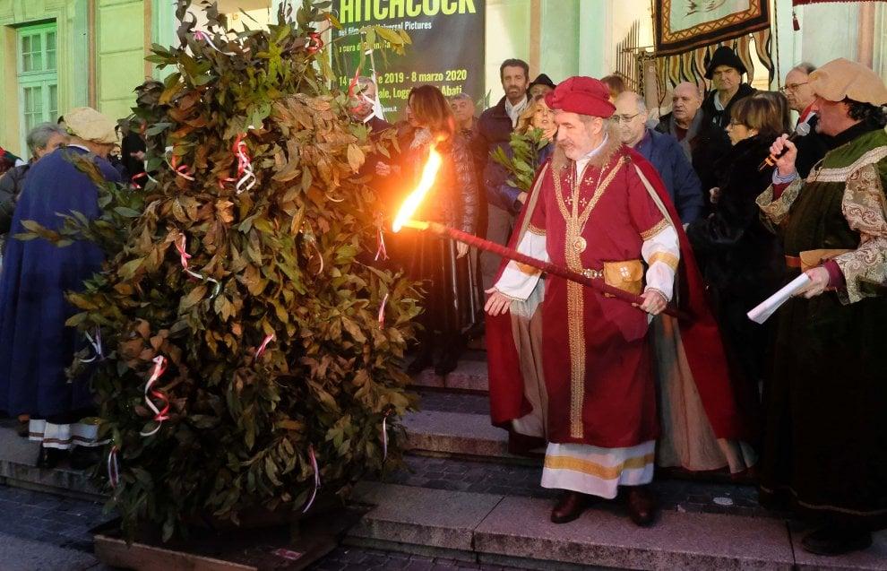 Genova, il sindaco si traveste da Doge per la cerimonia del confeugo