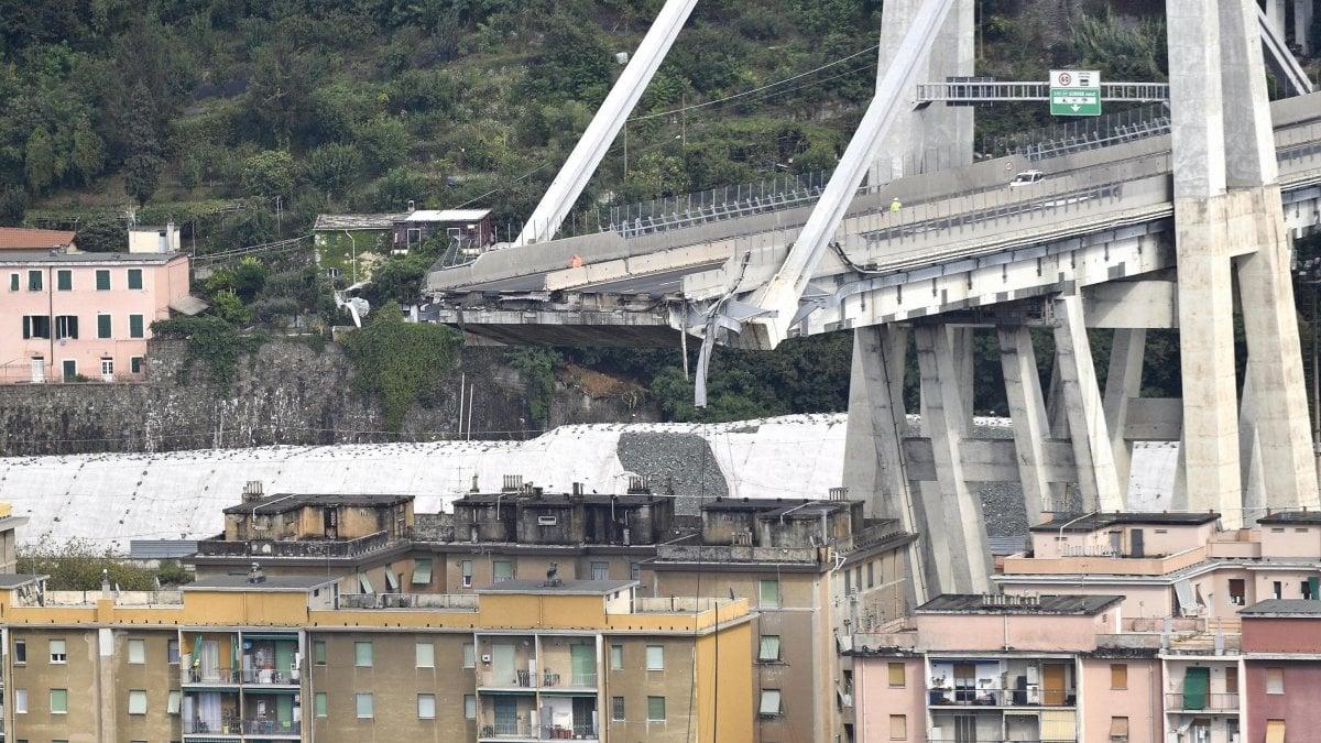 """""""A chi interessa che caschi un ponte?"""", sdegno per frase choc di Oliviero Toscani. Poi le scuse: """"Sono distrutto umanamente"""""""