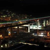 Genova, il nuovo ponte in costruzione illuminato con il tricolore